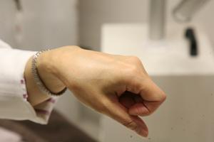 ほとんど見えない透明のテープを軟膏の上から貼る方法