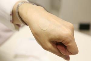 厚みのある傷を治すのに最適なハイドロコロイドテープを貼る方法